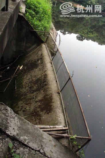 水库建设时,东北角设有一个溢洪道