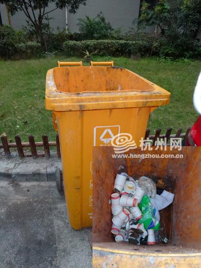 """环保 社区/仙林苑社区内,标识着""""其他垃圾""""的垃圾桶内,被扔进了一袋..."""
