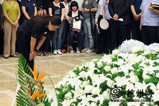 吴斌/吴斌姐姐吴冰心鞠躬感谢所有人的关心。