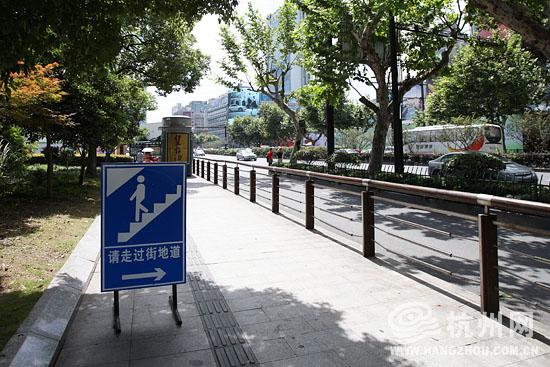 横穿武林广场西通道太麻烦 市民建议加一条斑马线图片